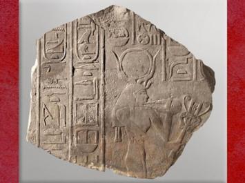 D'après la déesse Hathor, avec sistre et collier menat, relief calcaire, époque d'Amenemhat III, XIIe dynastie, Moyen Empire, Égypte Ancienne. (Marsailly/Blogostelle)