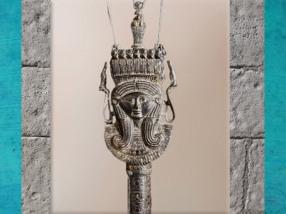 D'aprèsun sistre, emblème de la déesse Hathor, de Henouttaouy, bronze rehaussé d'or à l'origine, Troisième période intermédiaire,Égypte Ancienne. (Marsailly/Blogostelle)