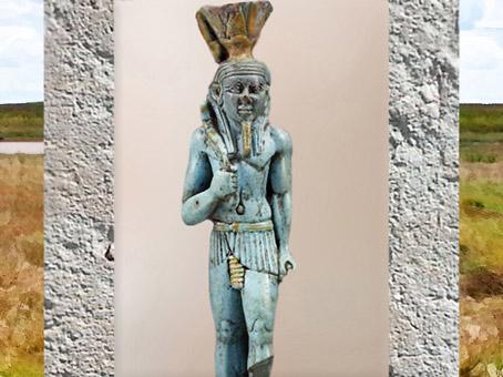 D'après le dieu Nefertoum couronné du nénufar-lotus, faïence, Basse époque, Égypte Ancienne. (Marsailly/Blogostelle)