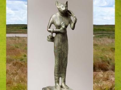D'après Bastet, sous sa forme de chatte, statuette votive au nom du roi Psammétique, bronze, verre coloré, VIIe siècle avjc, Basse époque, Égypte Ancienne. (Marsailly/Blogostelle)