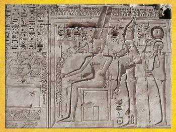 D'après la triade Amon, Mout et Khonsou, temple funéraire de Ramsès III, XXe dynastie Medinet Abou, Nouvel Empire, Égypte Ancienne. (Marsailly/Blogostelle)