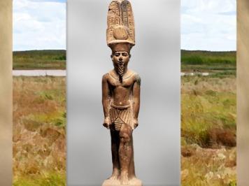 D'après dieu solaire Amon-Rê, coiffé du disque solaire et de ses deux hautes plumes, statuette en bois, Égypte Ancienne. (Marsailly/Blogostelle)