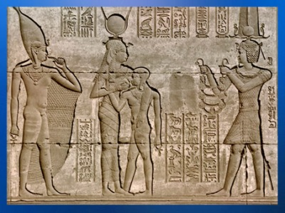 D'après Hathor nourricière, qui allaite le fils de pharaon, Ihy, le roi offre un collier à la déesse, temple d'Hathor de Dendéra, de Pépi Ier à époque Ptolémaïque, Égypte Ancienne. (Marsailly/Blogostelle)