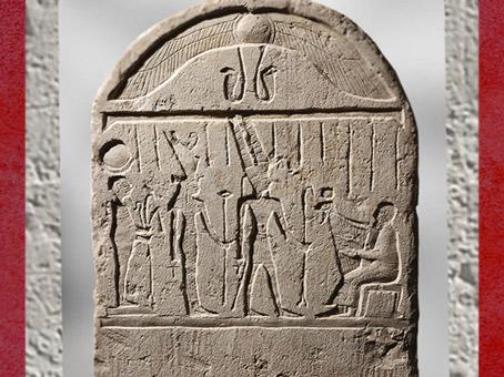 D'après Amon, Mout et Konshou, stèle de Horoudja, chef des chanteurs d'Amon-Rê, Calcaire, IVe-Ier siècle avjc, Époque ptolémaïque, Égypte Ancienne. (Marsailly/Blogostelle)