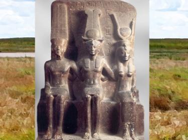 D'après Mout coiffée du disque solaire, Ramsès II et Amon, groupe en granit, XIXe dynastie, temple d'Amon Thèbes, XIXe dynastie, Nouvel Empire, Égypte Ancienne. (Marsailly/Blogostelle)