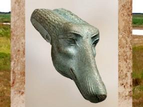 D'après tête de canidé du dieu Seth, qui se trouve au faîte du long bâton du sceptre Ouas, faïence, Basse Époque, Égypte ancienne. (Marsailly/Blogostelle)