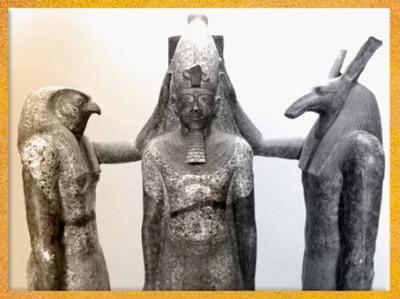 D'après Horus et Seth à tête de canidé, détail, qui couronnent Ramses III, groupe statuaire en granit, XXe dynastie, Nouvel Empire, Égypte Ancienne. (Marsailly/Blogostelle)