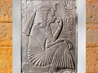 D'après Ramsès II, avec la mèche de l'enfance, assis sur le signe de l'horizon, stèle calcaire, Nouvel Empire, Égypte Ancienne. (Marsailly/Blogostelle)
