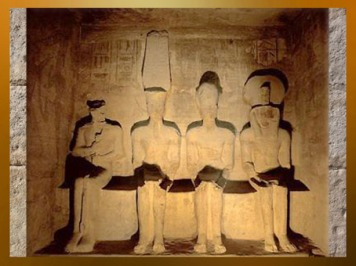 D'après Ptah (Memphis), Amon-Rê (Thèbes), Ramsès II et Rê-Horakhty (Héliopolis), sanctuaire du temple de Ramsès II, 1279-1213 avjc, Abou Simbel, XIXᵉ dynastie ; Nouvel Empire, Égypte Ancienne. (Marsailly/Blogostelle)
