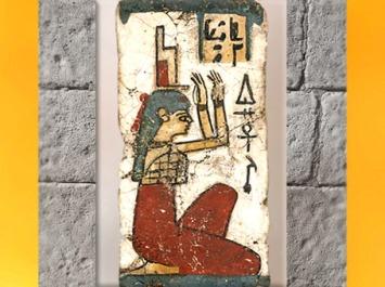 D'après la déesse Isis, sa coiffe-trône, fragment de sarcophage, toile stuquée, IVe-Ier siècles avjc, époque Ptolémaïque, Égypte Ancienne. (Marsailly/Blogostelle)