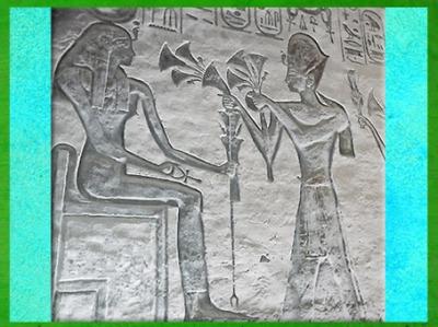D'après la déesse Isis, offrande de papyrus, Ramsès II et Nefertari, XXe dynastie, temple d'Hathor, Abou Simbel, Nouvel Empire, Égypte Ancienne. (Marsailly/Blogostelle)