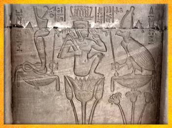D'après la naissance du jeune Soleil qui émerge du lotus, entre Ouadjet et Nekhbet, temple d'Hathor, Dendérah, de Pépi Ier aux rois ptolémaïques, Égypte Ancienne. (Marsailly/Blogostelle)