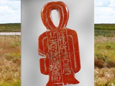 D'après un nœud d'Isis, Tit, amulette au nom de Sarbykhyna dit Iby, XVIIIe dynastie, Nouvel Empire, Égypte Ancienne. (Marsailly/Blogostelle)