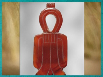 D'après un nœud d'Isis, Tit, amulette en cornaline, vers 1250 avjc, Nouvel Empire, Égypte Ancienne. (Marsailly/Blogostelle)