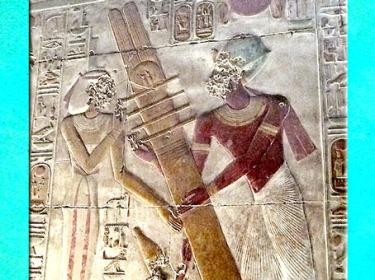D'après la déesse Isis et le pilier Djed, détail, temple du roi Sethi Ier, Abydos, XIXe dynastie, Nouvel Empire, Égypte Ancienne. (Marsailly/Blogostelle)