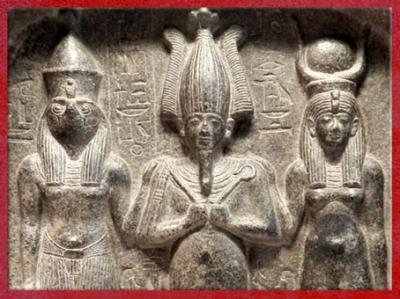 D'après Horus, Osiris, Isis, triade d'Abydos, stèle de Dédia, détail, monolithe en diorite, XVIIIe dynastie, Nouvel Empire, Égypte Ancienne. (Marsailly/Blogostelle)