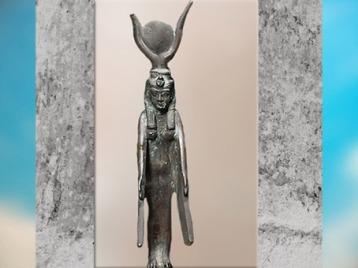 D'après la déesse Isis ailée, coiffée du disque solaire et des cornes de vache, bronze, vers 663- 525 avjc, Basse Époque, Égypte Ancienne. (Marsailly/Blogostelle)