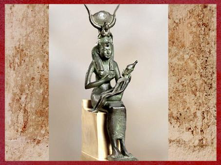 D'après la déesse Isis allaitant, statuette, sérapéum de Saqqara, bronze, Basse Epoque, Égypte Ancienne. (Marsailly/Blogostelle)