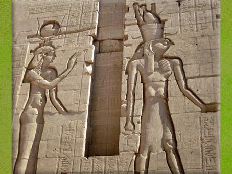 D'après la déesse Isis et Horus, temple d'Isis de Philae, XXXe dynastie, île d'Aguilkia, Assouan, Égypte Ancienne. (Marsailly/Blogostelle)