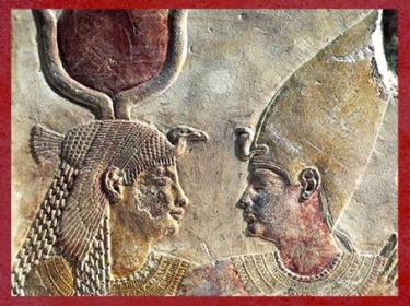 D'après la déesse Isis et le roi Nectanebo II, relief calcaire peint, XXXe dynastie, Sérapeum de Saqqara, Basse époque, Égypte Ancienne. (Marsailly/Blogostelle)