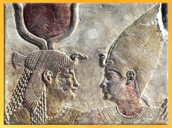 D'après la déesse Isis et le roi Nectanebo II, relief calcaire peint, XXXe dynastie, Basse époque, Serapeum de Saqqara, Égypte Ancienne. (Marsailly/Blogostelle)