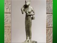 D'après la déesse Bastet, sistre, panier et bouclier-lionne, statuette en bronze, vers 663-332 avjc, Basse Époque,Égypte ancienne. (Marsailly/Blogostelle)