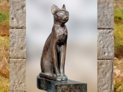 D'après Bastet, sous sa forme de chatte, statuette votive au nom du roi Psammétique, bronze, verre coloré, VIIe siècle avjc,Basse Époque,Égypte ancienne. (Marsailly/Blogostelle)