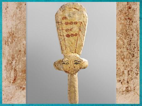 D'après un sistre d'Hathor, en bois peint, tombe d'Ani, XIXe dynastie, Nouvel Empire, Égypte Ancienne. (Marsailly/Blogostelle)