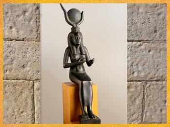 D'après la déesse Isis allaitant, Horus disparu, bronze, XXVIe dynastie, Basse Époque, Égypte Ancienne. (Marsailly/Blogostelle)