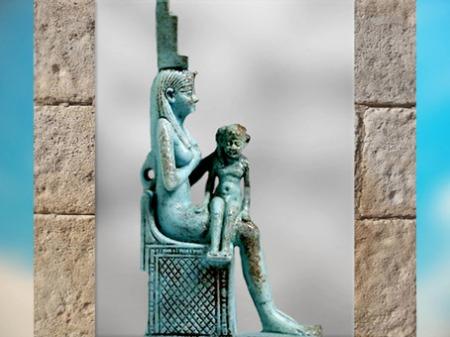 D'après la déesse Isis allaitant l'enfant Horus, faïence bleue, Époque Ptolémaïque, Égypte ancienne. (Marsailly/Blogostelle)