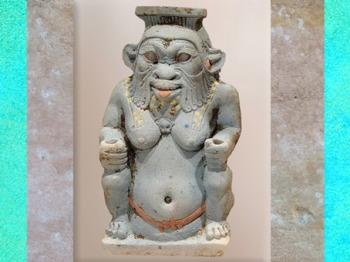 D'après le dieu Bès, vase à fard, faïence bleue, vers 525 avjc, XXVIe dynastie, Basse Époque, Égypte ancienne. (Marsailly/Blogostelle)