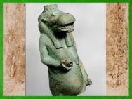 D'après la déesse hippopotame Taouret-Thouéris et son sein nourricier, faïence, XXVIe dynasie, Basse Époque, Égypte ancienne. (Marsailly/Blogostelle)