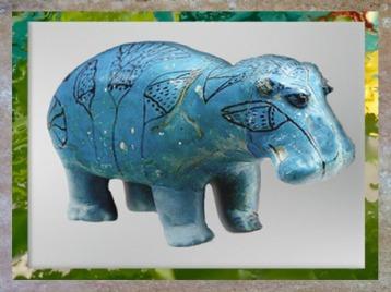 D'après un hippopotame et papyrus, faïence bleue, nécropole de Dra Abou el-Naga, Thèbes, Moyen Empire,Égypte Ancienne. (Marsailly/Blogostelle)