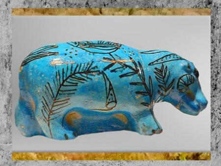 D'après un hippopotame et plantes nilotiques, faïence bleue, Dra Abou el-Naga, tombe de Neferhotep, scribe du grand enclos, Thèbes, XIIIe dynastie, Moyen Empire, Égypte Ancienne. (Marsailly/Blogostelle)