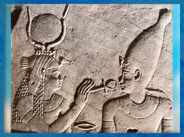 D'après la déesse Isis et Ankh, qui redonne la Vie à son époux Osiris, relief, vers 380 avjc- 300 apjc. temple d'Isis, Philae, XXXe dynastie-époque romaine, Aguilkia, Assouan, Égypte Ancienne. (Marsailly/Blogostelle)