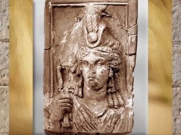 D'après la déesse Isis-Tyché, coiffe égyptienne à hautes plumes en épis de blé,tuile en terre cuite, Ier-IIIe siècle, période Romaine, Égypte Ancienne. (Marsailly/Blogostelle)