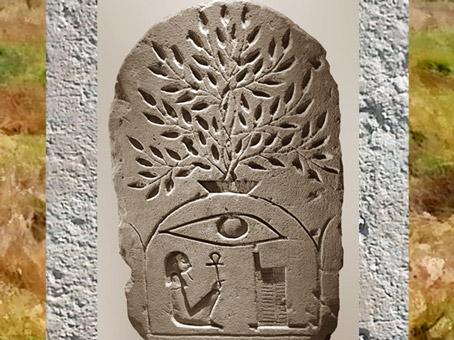 D'après le tombeau mythique d'Osiris, sous la butte sacrée surmontée d'un arbre, et le hiéroglyphe Osiris, stèle en grès, XXXe dynastie, époque ptolémaïque, Égypte Ancienne. (Marsailly/Blogostelle)