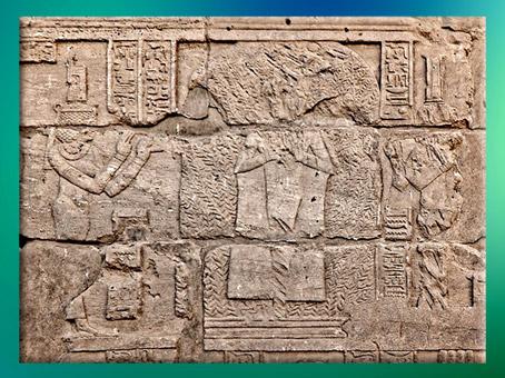 D'après Osiris dans l'acacia, entouré par les déesses Isis et Nephtys, porte d'Hadrien, temple de Philae, XXXe dynastie-époque romaine, île d'Aguilkia, Assouan, Égypte Ancienne. (Marsailly/Blogostelle)