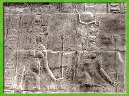 D'après la déesse Isis, avec disque solaire, cobra et coiffe-trône, et Hathor, temple de Philae, XXXe dynastie-époque romaine, Aguilkia, Assouan,Égypte Ancienne. (Marsailly/Blogostelle)