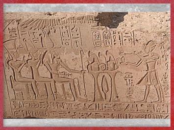 D'après la triade d'Éléphantine, Khnoum-Rê, Satet-Satis et Anouket-Anoukis, et Ramsès IV, XXe dynastie, île d'Éléphantine, Assouan, Égypte Ancienne. (Marsailly/Blogostelle)