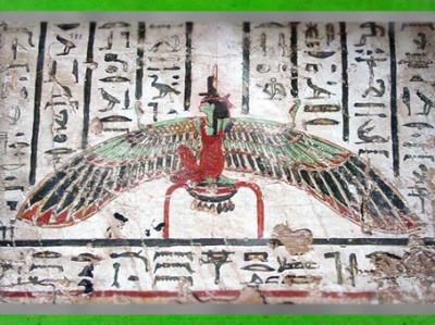 D'après la déesse Isis ailée, coiffe-trône et plume de Maât, panneau peint, décor de sarcophage, Le Caire, Égypte ancienne. (Marsailly/Blogostelle)