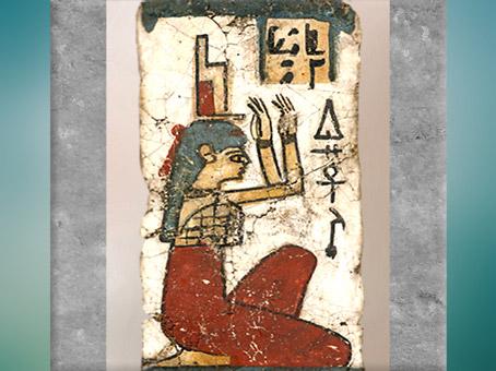 D'après la déesse Isis pleureuse, coiffe-trône, fragment de sarcophage, toile stuquée, époque Ptolémaïque, Égypte ancienne. (Marsailly/Blogostelle)