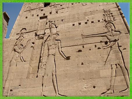 D'après le dieu Horus Faucon, la déesse Isis, le roi Ptolémée XII Néos Dionysos, temple d'Isis de Philae, XXXe dynastie-époque romaine, île d'Aguilkia, Assouan, Égypte Ancienne. (Marsailly/Blogostelle)