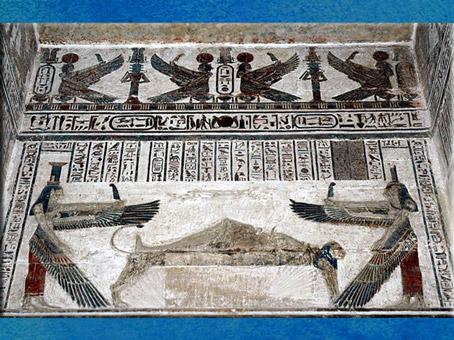 D'après la déesse Isis funéraire, avec Nephtys et la momie d'Osiris, temple d'Hathor, Dendéra, époque Ptolémaïque, Égypte Ancienne. (Marsailly/Blogostelle)