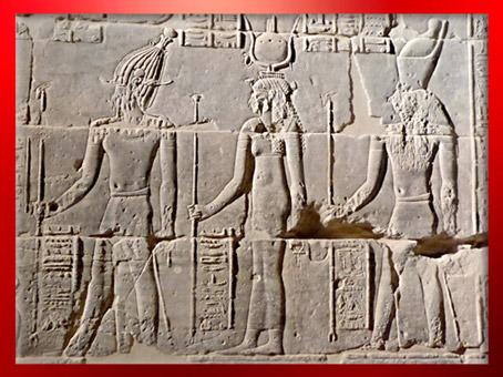 D'après Osiris, la déesse Isis et Horus, la triade osirienne, relief de la cour, temple de Philae, XXXe dynastie-époque romaine, Aguilkia, Assouan,Égypte Ancienne. (Marsailly/Blogostelle)