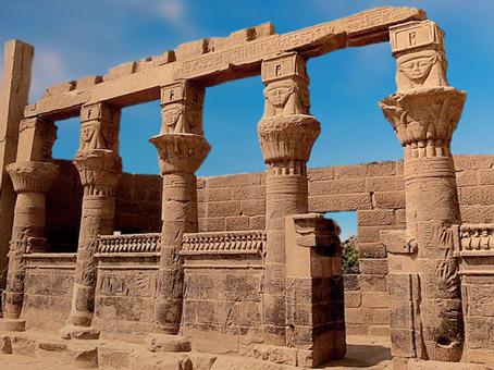 D'après le pavillon Nectanebo, temple d'Isis de Philae, XXX dynastie-époque romaine, île d'Aguilkia, Assouan, Égypte Ancienne. (Marsailly/Blogostelle)