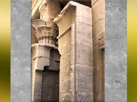 D'après l'entrée du Mammisi, sous Ptolémée III Evergète Ier, temple d'Isis de Philae, XXXe dynastie-époque romaine, île d'Aguilkia, Assouan, Égypte Ancienne. (Marsailly/Blogostelle)