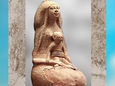 D'après une maternité, possible déesse Isis et Horus, vase dit bouteille à lait, terre cuite, XVIIIe dynastie, Nouvel Empire, Égypte ancienne. (Marsailly/Blogostelle)