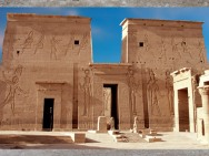 D'après le temple d'Isis de Philae, la cour, XXXe dynastie-époque romaine, déplacé sur l'île d'Aguilkia, Assouan, Égypte Ancienne. (Marsailly/Blogostelle)