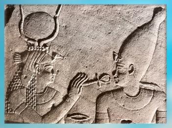 D'après la déesse Isis, Ankh, symbole de Vie, et Osiris, relief, vers 380 avjc- 300 apjc, temple d'Isis de Philae, XXXe dynastie-époque romaine, Aguilkia, Assouan, Égypte ancienne. (Marsailly/Blogostelle)